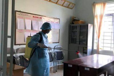 Cán bộ giáo viên, nhân viên tham gia vệ sinh trường học.