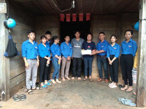 Đoàn thanh niên trao quỹ từ thiện cho học sinh nghèo vượt khó.